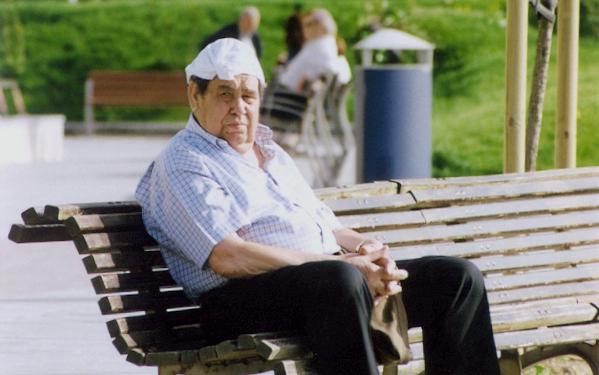 Senior auf Parkbank